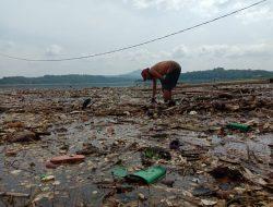 Timbulkan Bau Tak Sedap, Warga Khawatir Tumpukan Sampah di Pesisir Jadi Sumber Penyakit