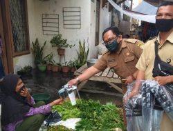 UPTD Pasar Conggeang Blusukan Sosialisasikan Prokes dan Bagikan Masker