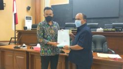 KETUA DPRD Irwansyah (kanan) menyampaikan surat permohonan audiensi ke KemenPUPR terkait permalahan warga terdampak pembangunan Tol Cisumdawu, Rabu.
